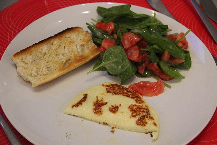 Assiette de fromage paillasson poêlé, toast, pousses d'épinards et tomates