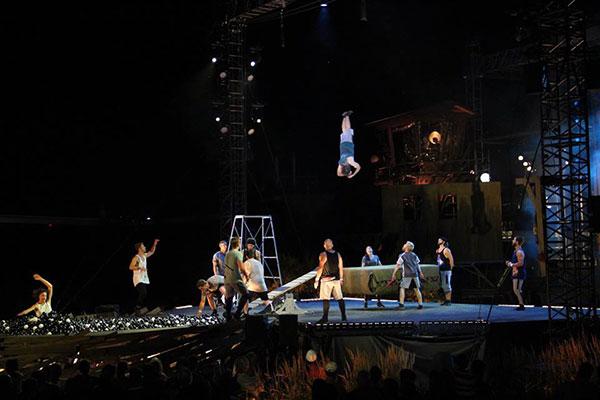 Acrobaties aériennes au spectacle Le Crépuscule  de la Compagnie de cirque Flip Fabrique à Québec