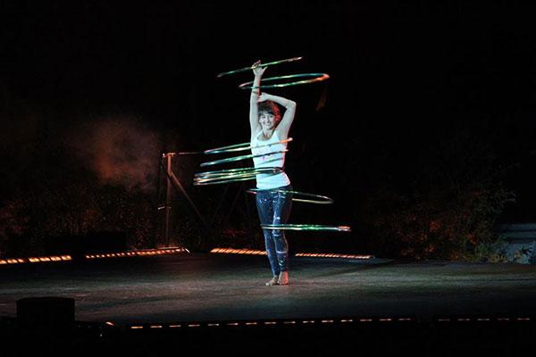 Numéro de hula hoop du spectacle Le Crépuscule à l'Agora de Québec