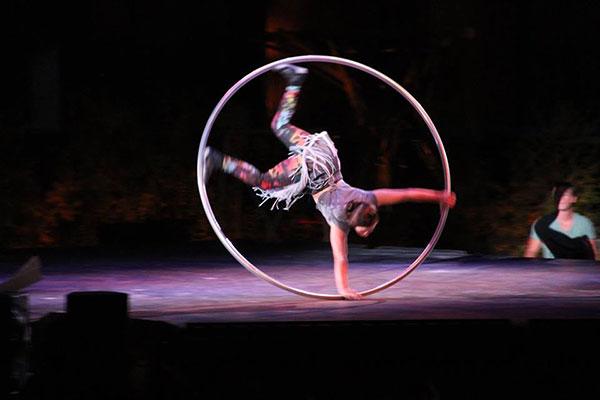 Numéro de roue Cyr du spectacle Le Crépuscule à l'Agora de Québec